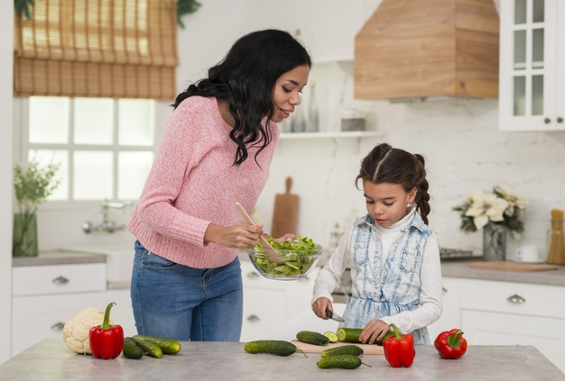 Mère et fille qui cuisine diététique