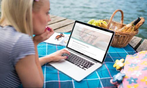 Jeune femme se renseigne sur la consultation diététique en ligne